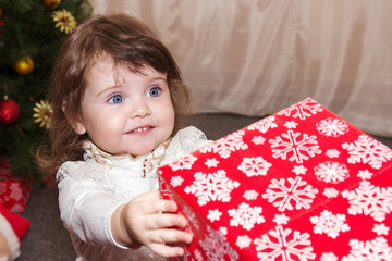 Маленькая девочка дарит подарки