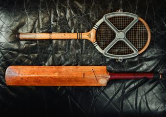 batte de criquet et raquette de tennis