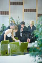 Geschäftsleute treffen Entscheidung im Meeting