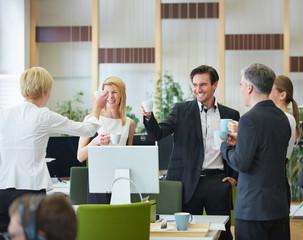 Geschäftsleute trinken Kaffee in Pause