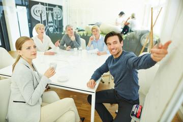 Geschäftsmann hält Präsentation im Büro