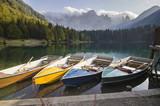 Fototapeta łodzie nad alpejskim jeziorkiem