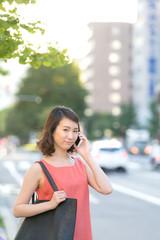 街角で電話する女性