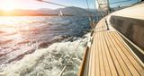 Jacht płynie w stronę zachodu słońca. Żeglarstwo. Luksusowe jachty.