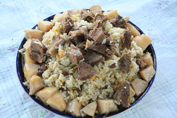 Pilaf with quince and raisins