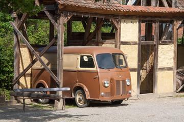 Ancienne camionnette sous un abri