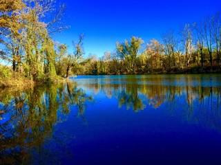 Herbstliche Idylle an einem kleinen See