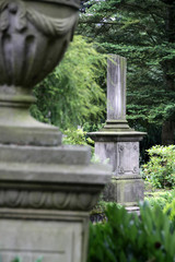 Säule und Urne auf einem Friedhof
