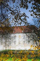 Altes Schloss spiegelt sich in Teich
