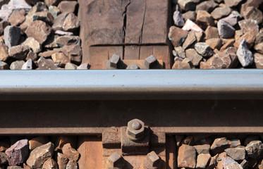 Schiene mit Verankerung im Gleisbett