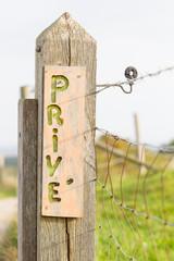 Unique wooden sign, private (prive)