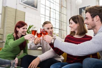 freunde stoßen mit rotwein an