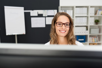 lächelnde bürokauffrau mit brille