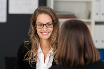 freundliche geschäftsfrau spricht mit ihrer kollegin
