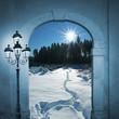 Torbogen mit Winterlandschaft und Laterne