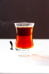 Schwarzer Tee im Tulpenglas