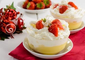 Dessert con crema, panna e fragole, fuoco selettivo