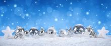 srebrne kulki na śniegu z opadami śniegu - niebieskie niebo