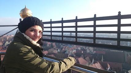 Frau auf aussichtsplattform rothenburg