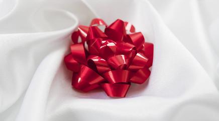 noeud d'emballage cadeau rouge