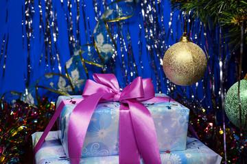 Новогодний подарок под елкой