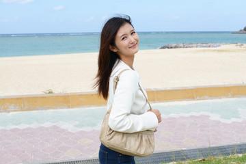 海岸で寛ぐ笑顔の女性