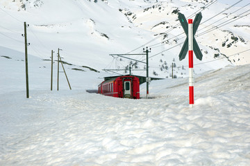 Berninabahn im Winter am Lago Bianco