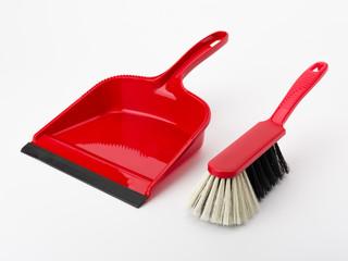 Rote Kehrschaufel und Handfeger