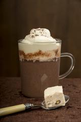Kakao, Kakao in einem Becher mit Sahne und Mandelnougat