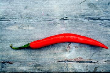 rode hete peper op oud houten tafel