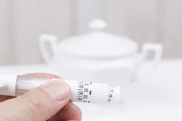 Männliche Hände dosieren Insulin Pen