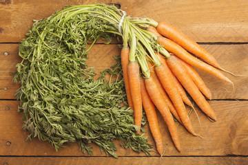 Bund Karotten auf Holz