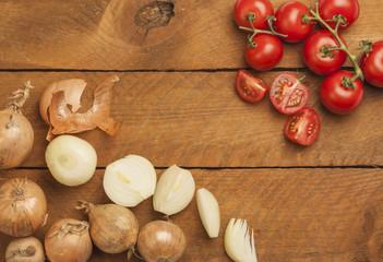 Zwiebeln und Tomaten, geschnitten, Holz
