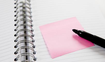 carnet de notes et feutre noir