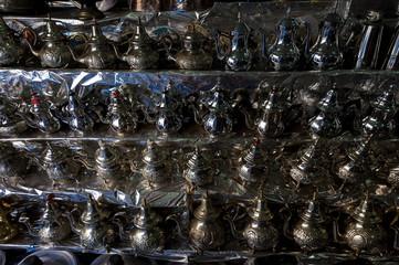 Regal mit traditionellen Teekannen, Marrakesch
