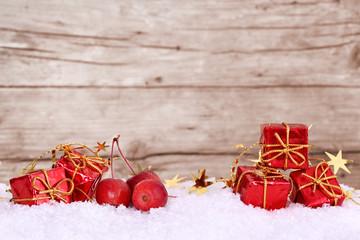 Päckchen und Äpfel im Schnee