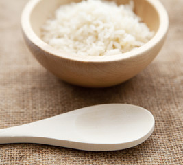 ustensiles de cuisine en bois et riz