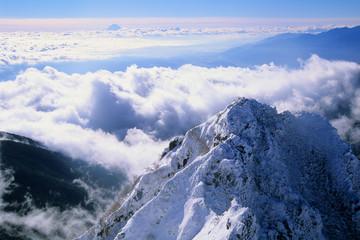 冬山と雲海と富士山