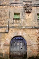 casa de piedra con escudo heraldico