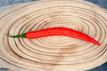 Rode peper op een stukje boomstam