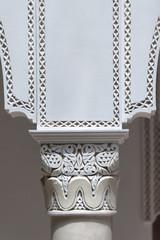 Säulen mit Stuckarbeiten im marokkanischem Riad