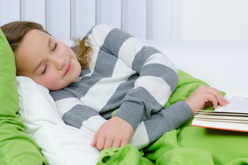 jugendliche ist vor müdigkeit eingeschlafen