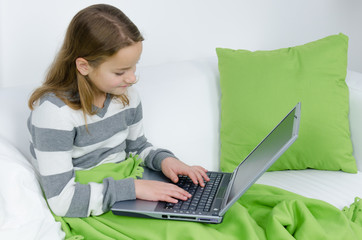 teenager spielt am notebook