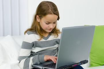 kind spielt am computer