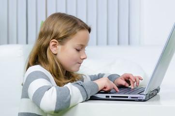 kind surft im internet