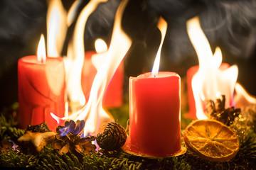 Brennender Adventskranz an Weihnachten