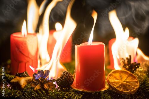 Fotobehang Uitvoering Brennender Adventskranz an Weihnachten