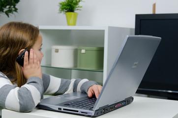 kind sitzt am computer, fernsehen und handy