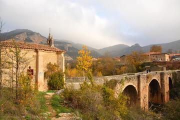 ermita y puente de piedra en pesquera de ebro