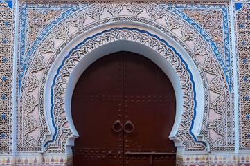 Verzierter Torbogen in der Medina von Marrakesch